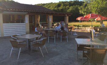 Le snack bar du camping en Dordogne Périgord Noir est équipé d'une terrasse intérieure et extérieure