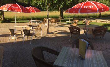 La terrasse du snack bar est situé à proximité des deux piscines chauffées du camping en Dordogne Périgord Noir près de Sarlat