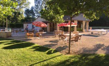 La terrasse du snack bar du camping 3 étoiles le Douzou en Dordogne Périgord Noir est ensoleillée