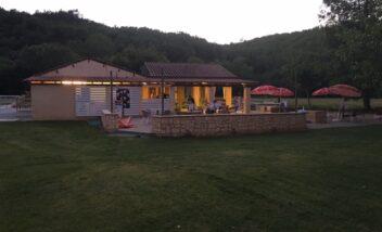 Dégustez une pizza ou profitez d'un cocktail le soir sur la terrasse du snack bar du camping en Dordogne Périgord Noir