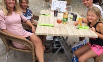 Le snack bar du camping 3 étoiles le Douzou en Dordogne Périgord Noir est très apprécié des vacanciers