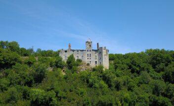 Retrouvez ce château en reconstruction juste à côté du camping le douzou en Dordogne Périgord Noir