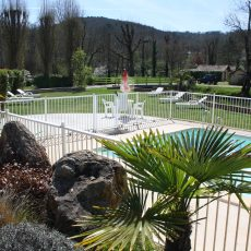 La petite piscine du camping 3 étoiles le Douzou en Dordogne Périgord Noir est situés au bord de la rivière le Céou. Des bains de soloeil sont à votre disposition pour vous reposer dans le calme car nous sommes situés en pleine nature, loin de la route