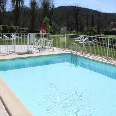 La petite piscine située au bord de la rivière le Céou qui traverse le camping est également chauffée. Profonde d'1 mètre, elle est idéale pour les enfants. Vous pourrez vous reposer bercé par le bruit de l'écoulement de la rivière
