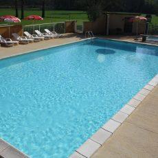 La grande piscine du camping 3 étoiles le Douzou en Dordogne Périgord noir profonde de 1 mètre 50 sur toute sa surface est dorénavant chauffée. Les plus petits pourront également profiter de la pataugeoire située juste à côté