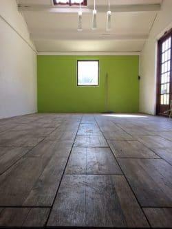 L'accueil d'été a été entièrement rénové; les murs et le plafond ont été repeints et le sol a été carrelé