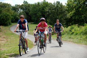 La dordogne offre de nombreux chemins et circuits pour les amoureux du vélo comme la voie verte qui traverse le camping