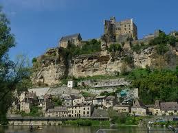 Beynac et cazenac est un village du moyen âge au bord situé au bord de la dordogne et surplombé par son château