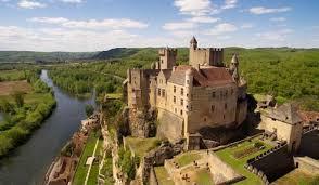 Le château de beynac est un vestige du moyen âge et de la guerre de 100 ans. Dominant la vallée de la dordogne, il vous offrira un point de vue exceptionnel