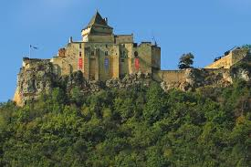 Le château médieval de castelanud offre un panaroma exceptionnel sur la vallée de la Dordogne. Parfaitement restauré, vous découvrirez une impressoinnante collection d'arme et d'armure du moyen âge