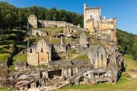 Mélangant architecture troglodyte et médiéval, le château de commarque domine la vallée de la baune et retrace 15000 ans d'histoire