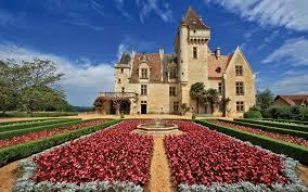 Célèbre pour avoir appartenu à l'actrice Josephine Baker, le château des milandes vous permet également de découvrir de magnifiques jardins et un spectacle de rapaces