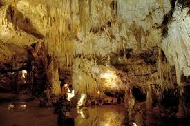 Placée sous l'i=un des plus beau village de France, la grotte de domme vous fera découvir des milliers de stalactites