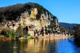 Construit à flan de falaise et au bord de la Dordogne, la Roque Gageac est certainement le plus beau village de France