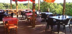 La terrasse de Moncalou est situé à proximité de la tour panoramique et du chai