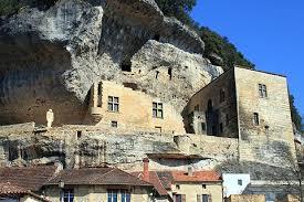 Les Eyzies est un village troglodyte également surnommé le berceau de la préhistoire puisque c'est à cet endroit qu'a été découvert l'homme de cro magnon