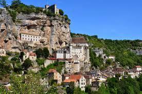 Le village de Rocamadour est situé dans le lot à proximité du gouffre de Padirac. Vous pourrez notamment y retrouver le célèbre fromage portant le même nom