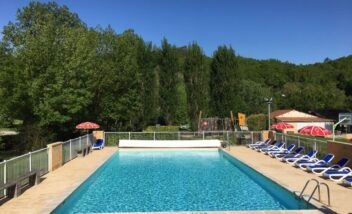 Piscine chauffée au camping 3 étoiles le Douzou en Dordogne Périgord Noir