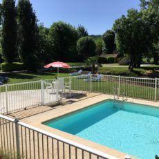 petite piscine chauffée en bord de rivière au camping en Dordogne Périgord 3 étoiles