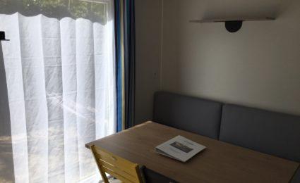 salon grande baie vitrée camping Dordogne Périgord Noir 3 étoiles Le Douzou