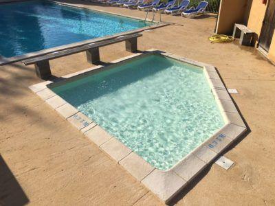 pataugeoire à côté de piscine chauffée au camping en dordogne périgord noir 3 étoiles