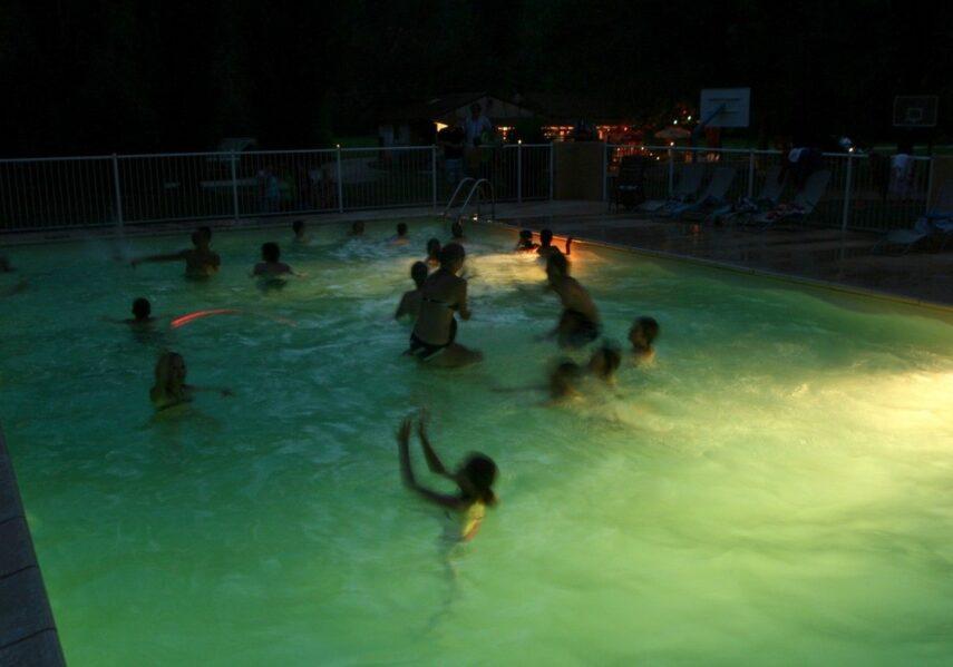 poll party musique dans piscine chauffée du camping dordogne périgord noir 3 étoiles