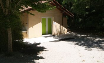 Le camping 3 étoiles le Douzou en Dordogne Périgord Noir dispose de deux blocs sanitaires dont une partie est chauffée et accessible aux personnes à mobilité réduite.