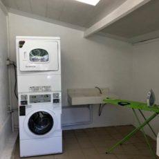laverie avec lave linge, sèche linge et fer à repasser au camping en Dordogne Périgord Noir 3 étoiles le Douzou