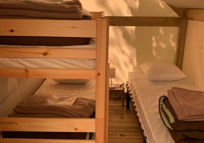 chambre enfants 3 lits simple tente lodge dordogne camping périgord noir 3 étoiles