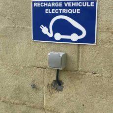 prise pour la recharge des voitures électriques au camping en dordogne périgord noir 3 étoiles le douzou