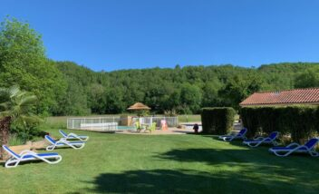 Espace détente en bord de rivière avec piscine chauffée en camping en Dordogne Périgord Noir 3 étoiles près de Sarlat