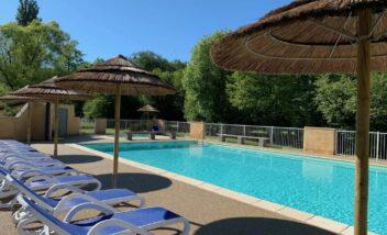 grande piscine chauffée au camping en Dordogne Périgord Noir 3 étoiles Le Douzou