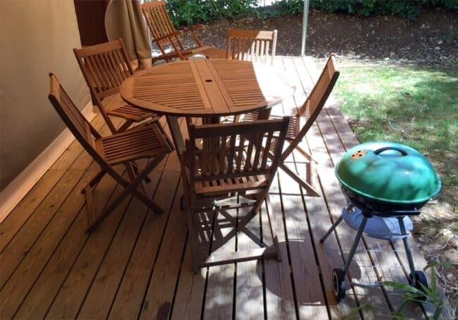 La tente lodge canada est équipée d'une grande terrasse composé d'une table, d'une chaise longue et d'un barbecue