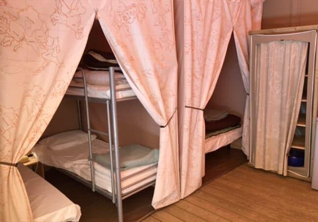 La tente lodge canada au camping 3 étoiles en Dordogne Périgord Noir est équipée de 2 chambres